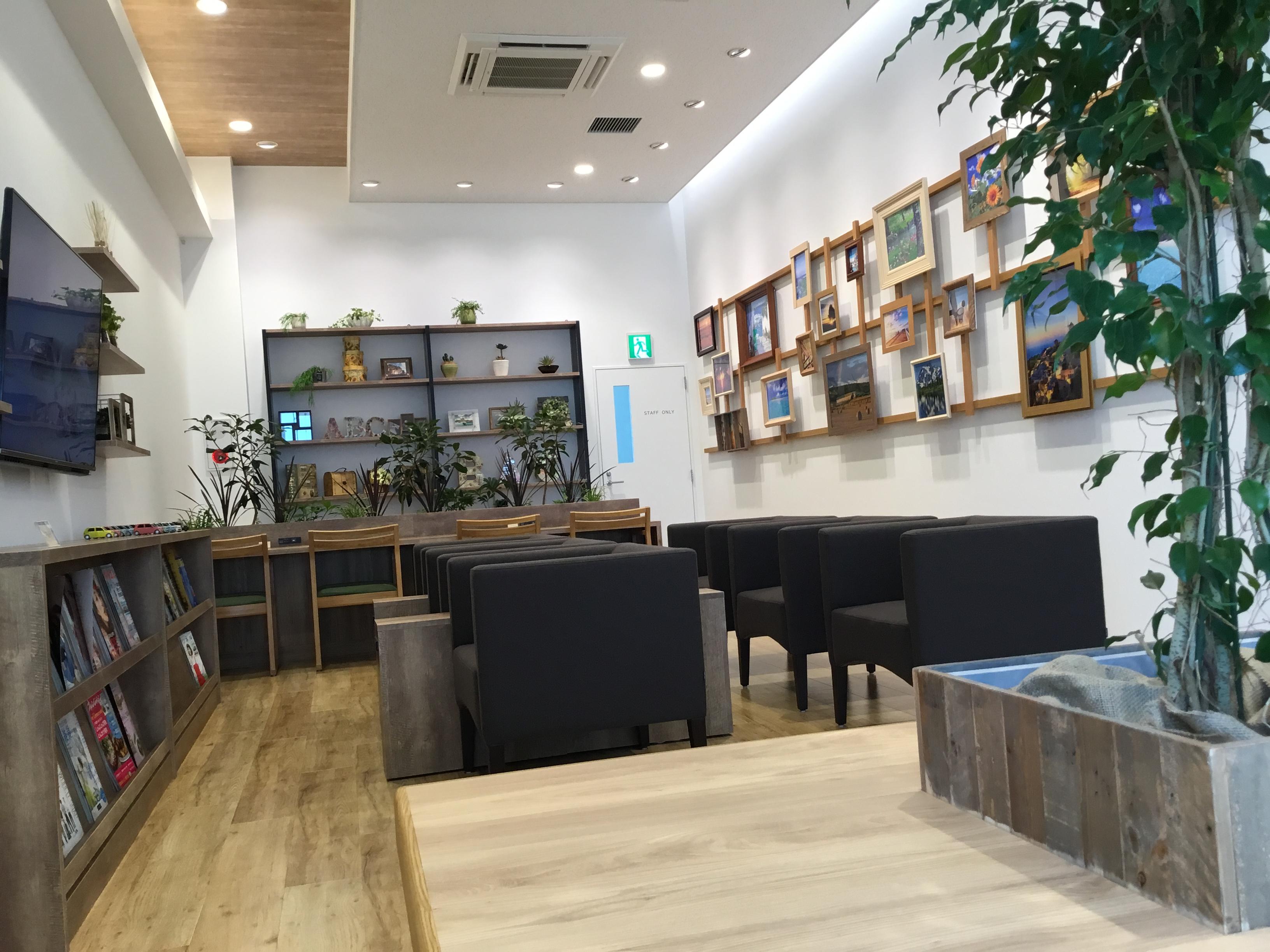 サービス待合コーナーは、カフェの様にゆったりとお過ごしいただけます。