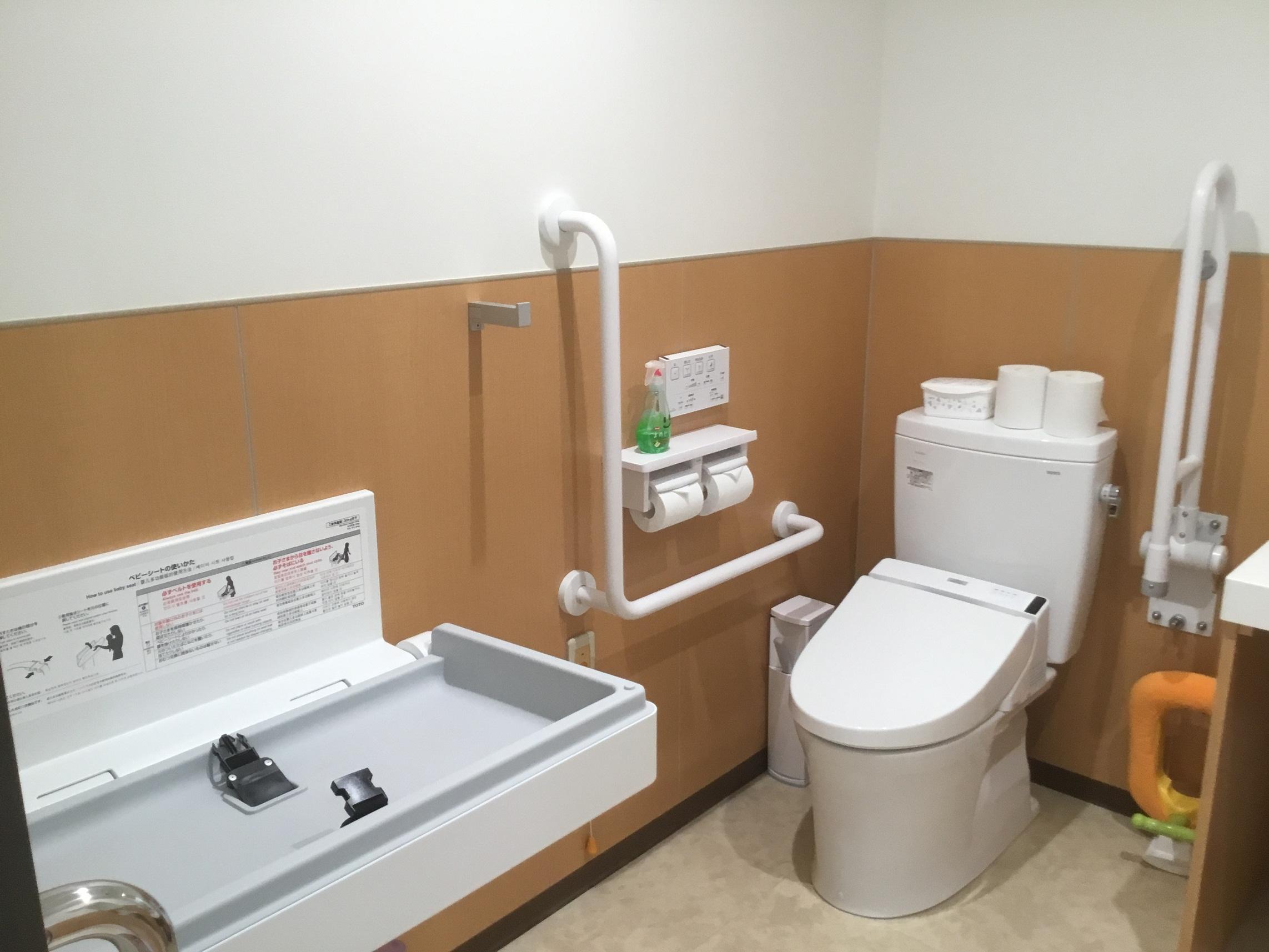 多目的トイレにはおむつ交換台や補助便座があります