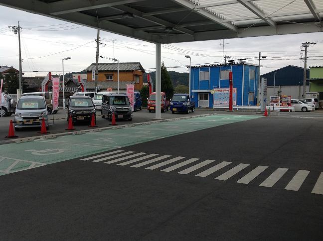 駐車場が不安案お客様でも安心な広々駐車場 です。
