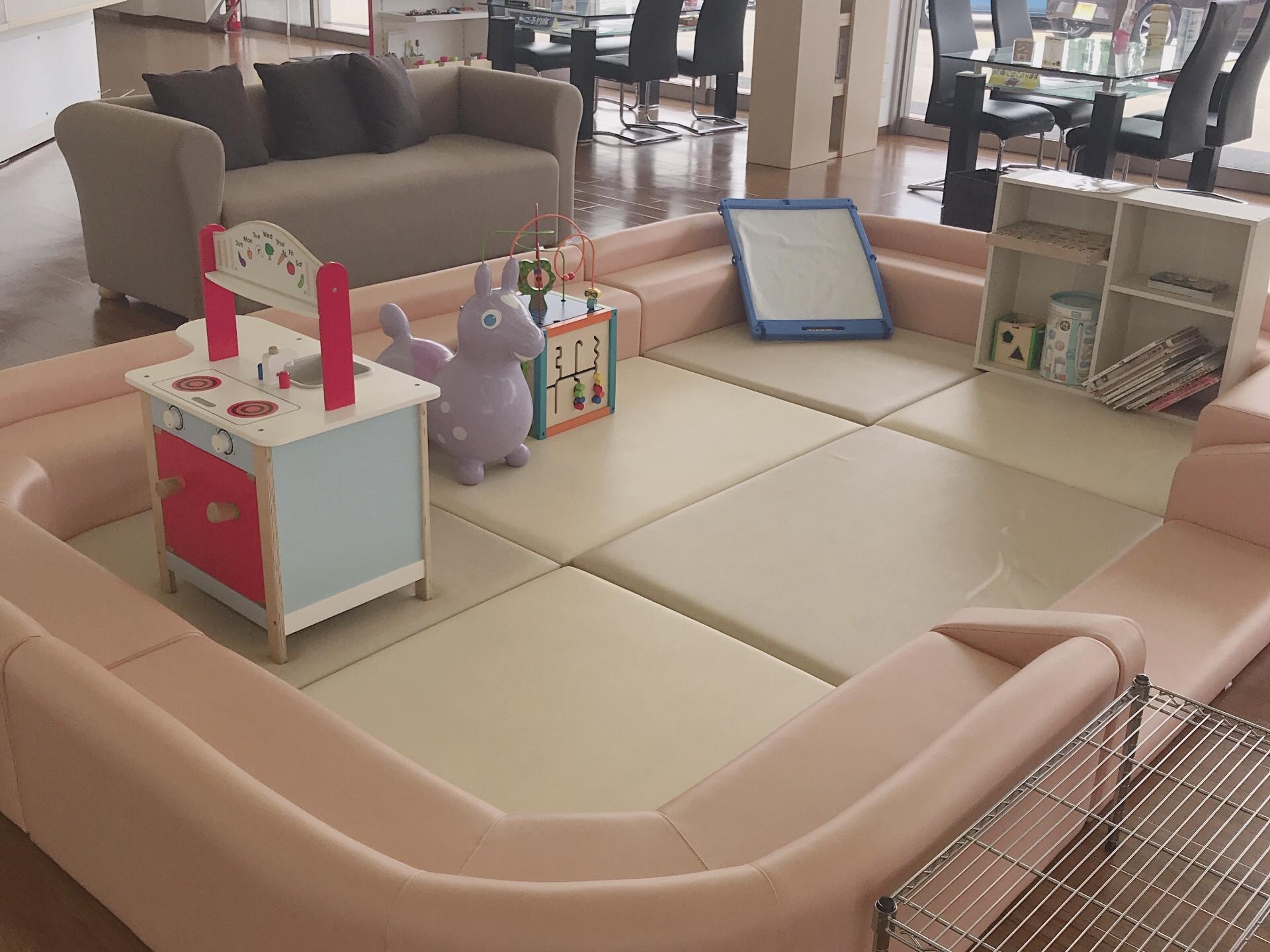 小さなお子さま連れでも安心キッズルームとソファをご用意しています